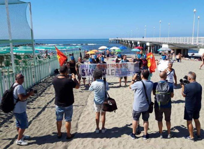 Flash mob dei bagnini di Marina di Massa, protestano per i salari bassi