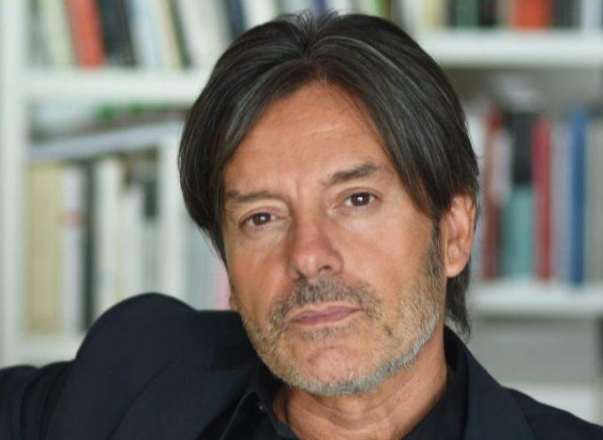 """A PIEDI NUDI NELL'ARTE"""" CON CARLO VANONI, L'ECLETTICO CRITICO D'ARTE NEL CHIOSTRO DI S. AGOSTINO"""