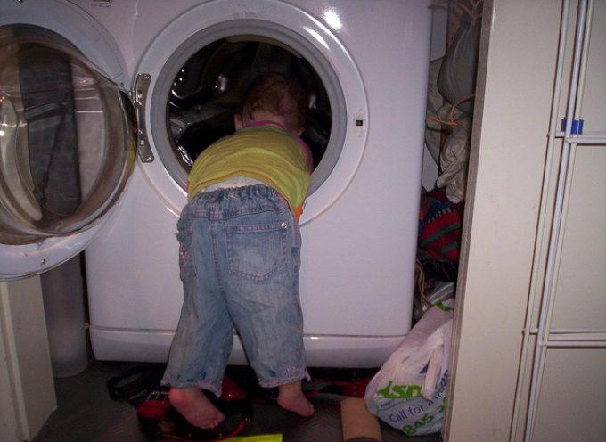 Bimbo di 3 anni si chiude nella lavatrice: muore soffocato. La tragedia è avvenuta nello scorso fine settimana negli Stati Uniti.