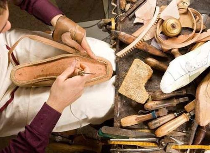 Botteghe artigiane in via d'estinzione: difficile trovare calzolai.