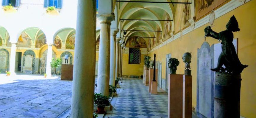 Chiostro di San Francesco a Pietrasanta – Dialoghi tra forma e luce: un mistico ed affascinante viaggio nell´arte