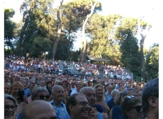Folla per Salvini in Versiliana, nel pomeriggio – Una gruppo di contestatori fuori, ad attenderlo. Servizio fotografico all´interno.