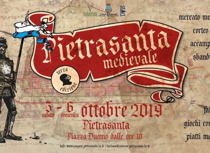 Torna Pietrasanta Medievale il 5 e 6 ottobre 2019: nel centro storico mercatini, sbandieratori, esibizioni e falconieri.