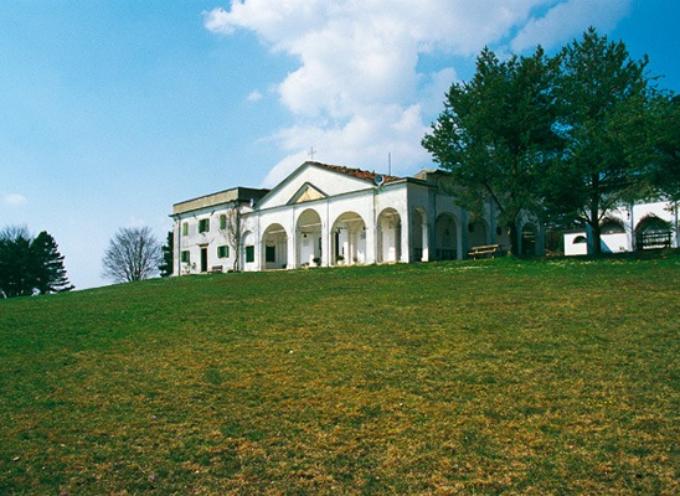 Incastonato nelle verdi praterie dell'altopiano dell'Argegna, poco sopra la Foce dei Carpinelli, sorge il bianco edificio del santuario
