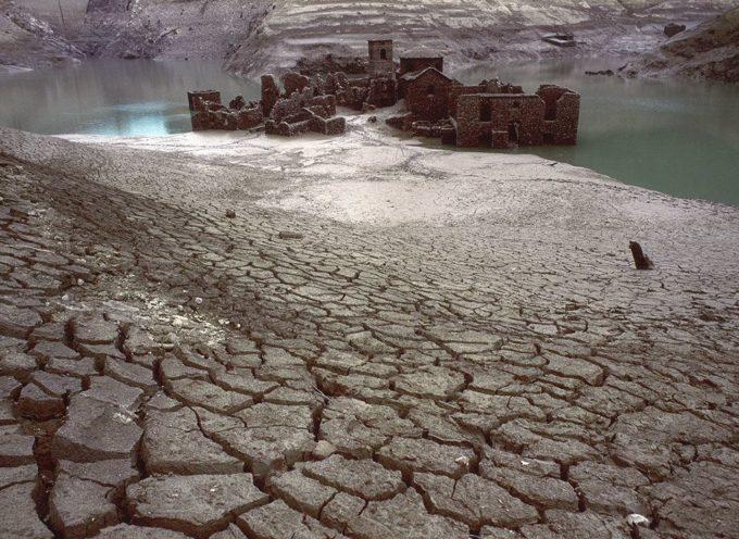 Il Lago di Vagli nasce a seguito della costruzione dell'omonima Diga a sbarramento del Torrente Edron nel 1947.