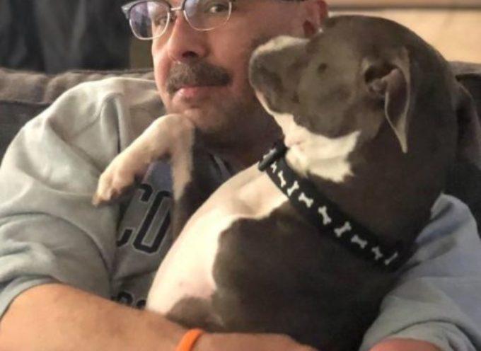 Un cane senza la zampa destra trova la felicità con un uomo che non ha il braccio destro