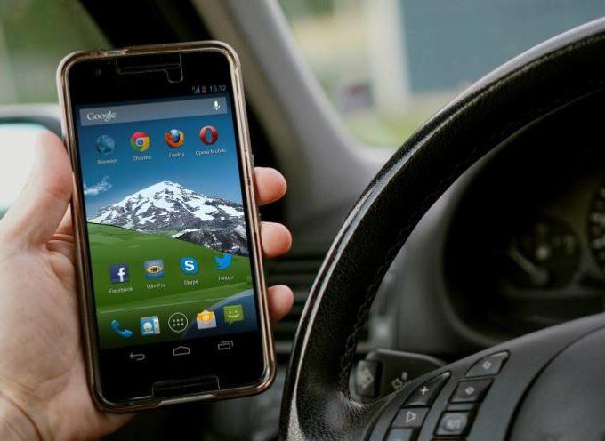 Smartphone alla guida: arriva la videocamera che incastra gli italiani