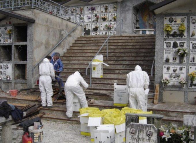Estumulazioni, il Comune fa rimuovere i sacchi accatastati da anni nei cimiteri
