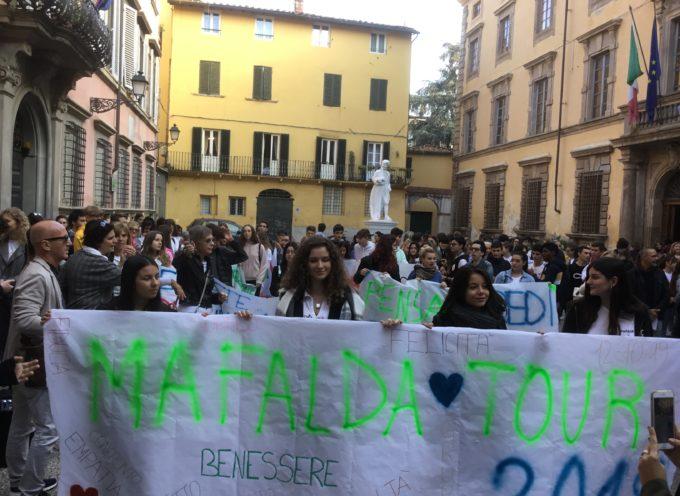 A Lucca va in scena la scuola che promuove benessere: passeggiata con oltre 300 studenti