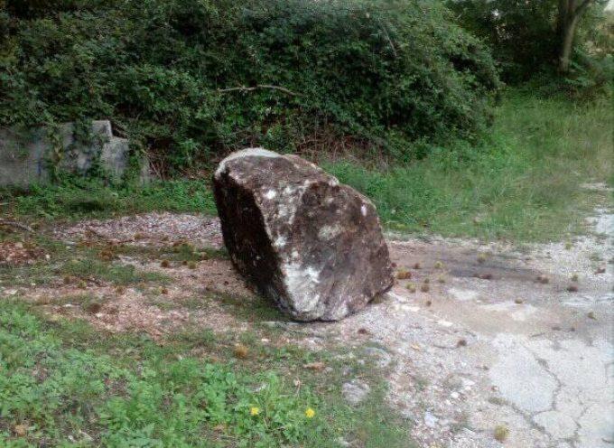 Cade un grosso masso in località Riomagno di Seravezza