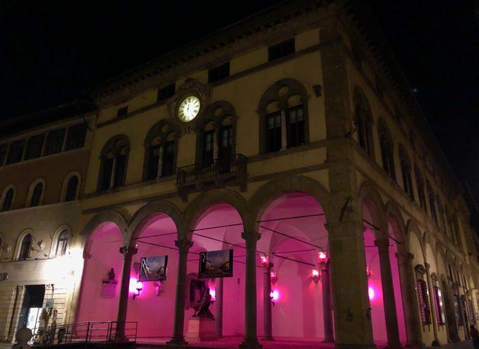 Il Loggiato di Palazzo Pretorio si illumina di rosa contro il tumore al seno