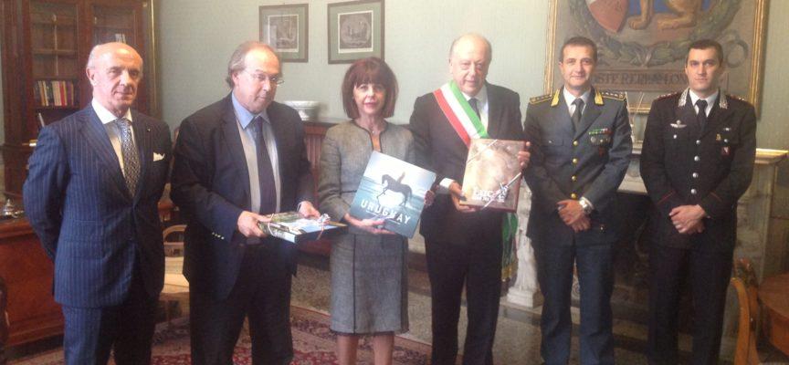 L'AMBASCIATORE DELL'URUGUAY IN ITALIA, GASTON LASARTE, INCONTRA LE AUTORITA' A PALAZZO DUCALE IN OCCASIONE DELLA VISITA ALLA CARTIERA  LUCART