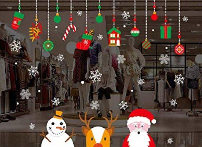 Addobbi natalizi liberi per negozi e artigiani che abbelliscono le vetrine dal 29 novembre al 6 gennaio