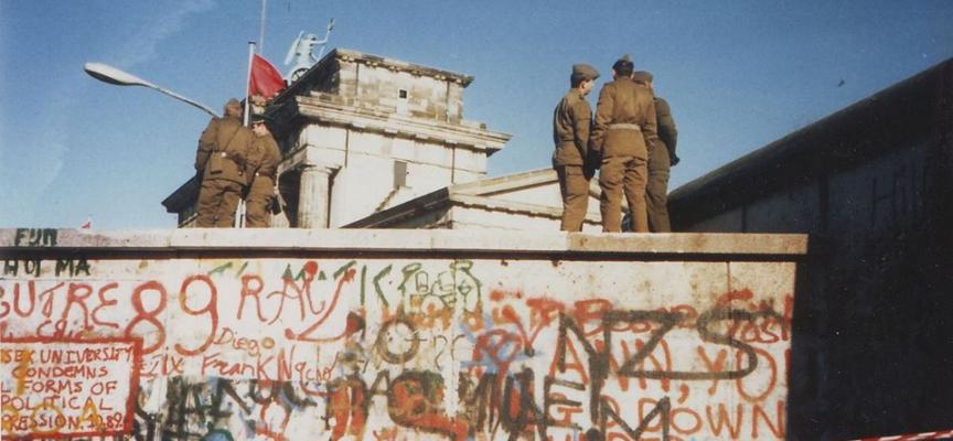 #accaddeoggi #murodiberlino 9 novembre 1989 cade il muro di Berlino: una barriera invalicabile di cemento armato