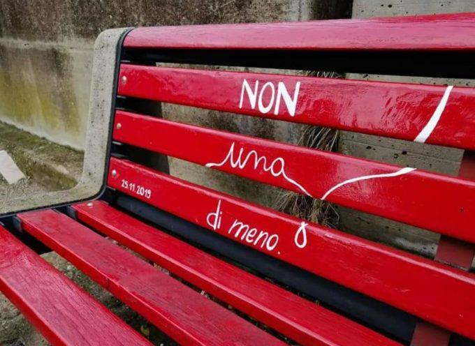 La panchina rossa è un simbolo che rappresenta uno spazio idealmente occupato dalle donne vittime di violenza.