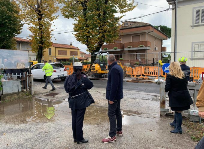 Un cedimento stradale della via Sarzanese al km 17,2 all'altezza del paese di Bozzano (nei pressi della farmacia) ha costretto la chiusura provvisoria di un tratto della stessa