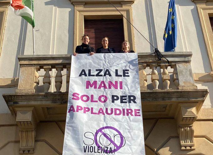 """ALTOPASCIO – """"Alza le mani solo per applaudire""""."""