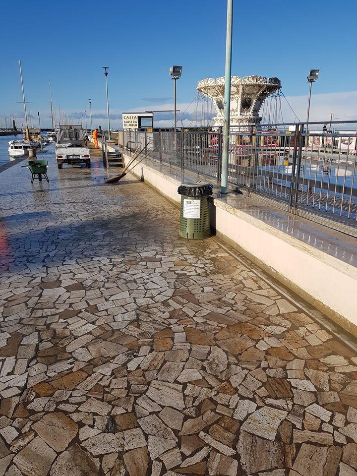 Dopo giorni di pioggia, a Viareggio c'è il sole. Pulizia del molo di prima mattina, adesso è pronto per una bella passeggiata - Verde Azzurro Notizie