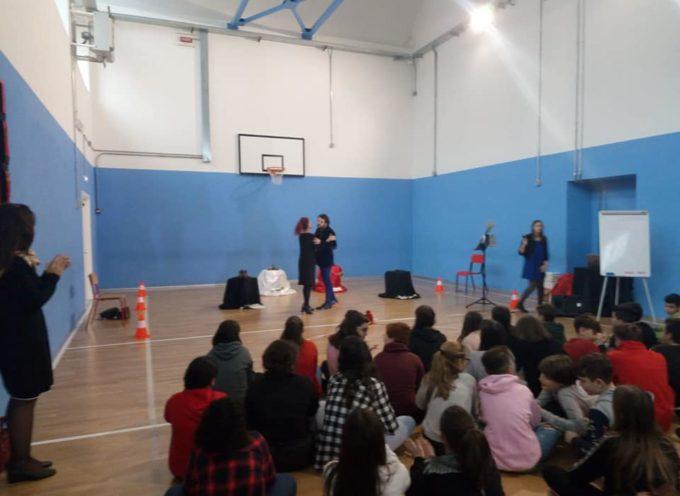 Parlare alle scuole è sempre una gioia. Stamattina l'ho fatto durante lo spettacolo di Michela Innocenti alle scuole medie.