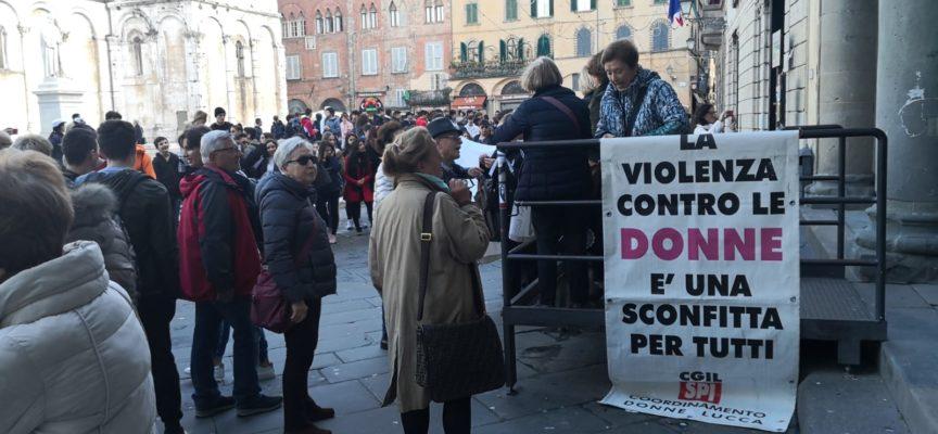 Sacchetti del pane, corteo cittadino e Porta Elisa illuminata di arancione contro la violenza sulle donne