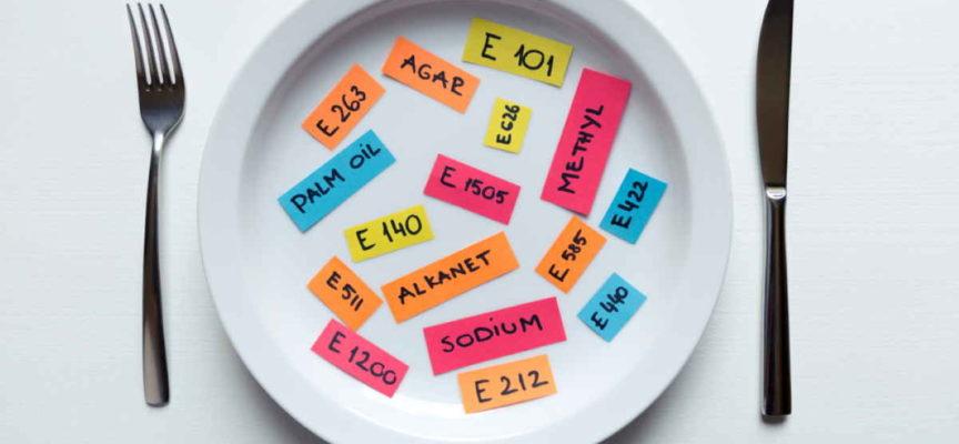 Gli 8 additivi alimentari maggiormente presenti nei 3/4 del cibo confezionato che mangiamo
