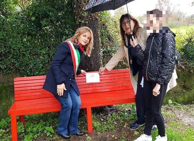 No alla violenza sulle donne, inaugurata a Parezzana una panchina rossa