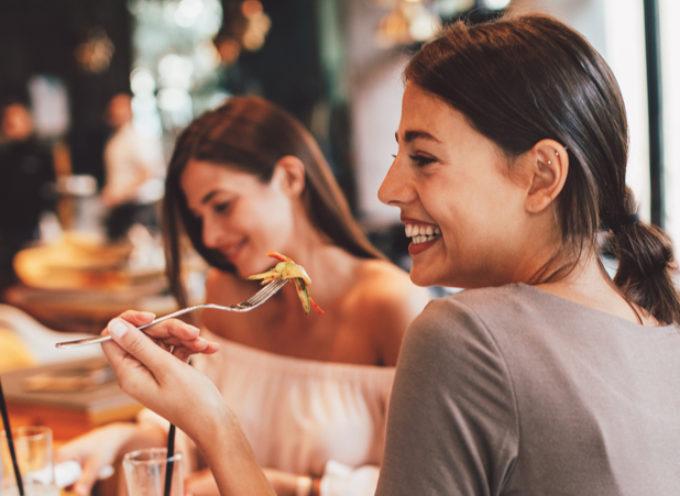 Mangiare in compagnia: quali sono i benefici?