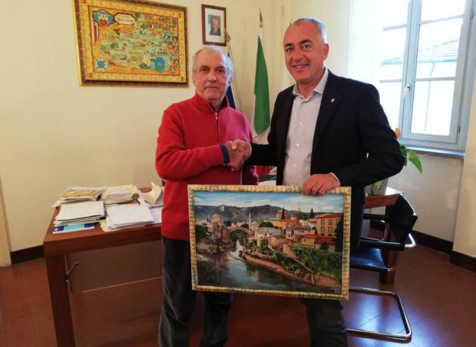 Il pittore Romeo Tani dona un quadro al Comune DI Massarosa