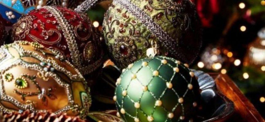 Babbo Natale regala ai bambini scuole elementari una palla-addobbo, la visita tra i banchi