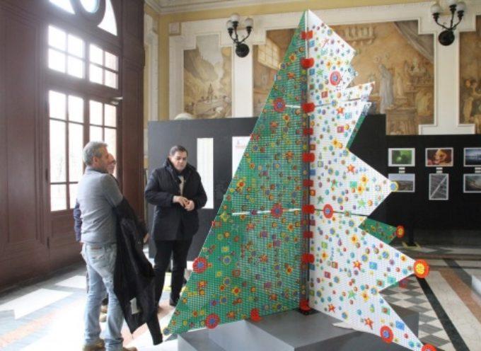 """PIETRASANTA – l'albero è d'artista in Municipio, è il """"Meccano Mino"""" di Tano Pisano"""
