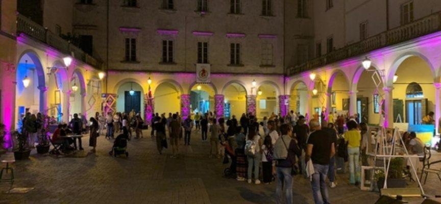 Brindisi per tutti in piazza del Grano a Pescia per la festa dell'ultimo dell'anno