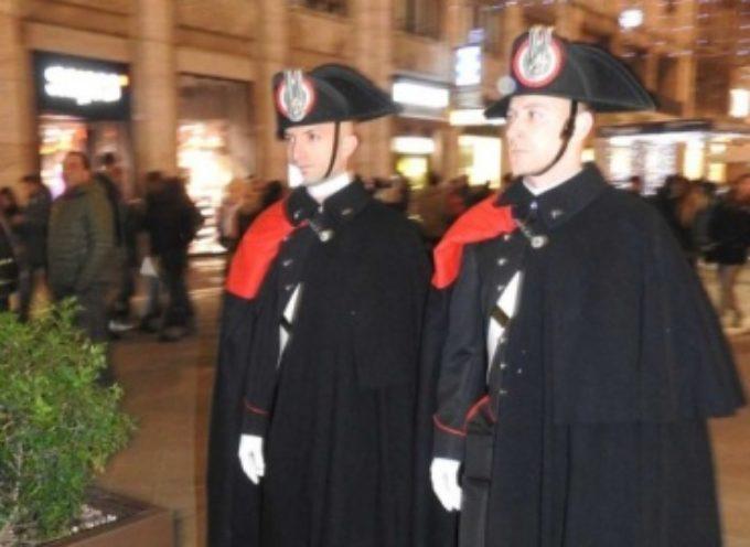 Il servizio di pattuglia dei Carabinieri per le vie del centro