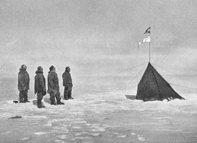 il 14 dicembre 1911 il norvegese Roald Amundsen e la sua spedizione raggiungono il Polo Sud.