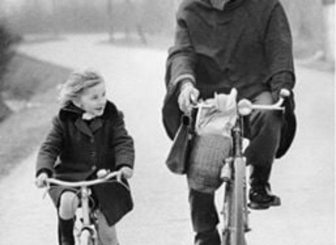 A scuola in bicicletta in una fredda mattina in compagnia del nonno,