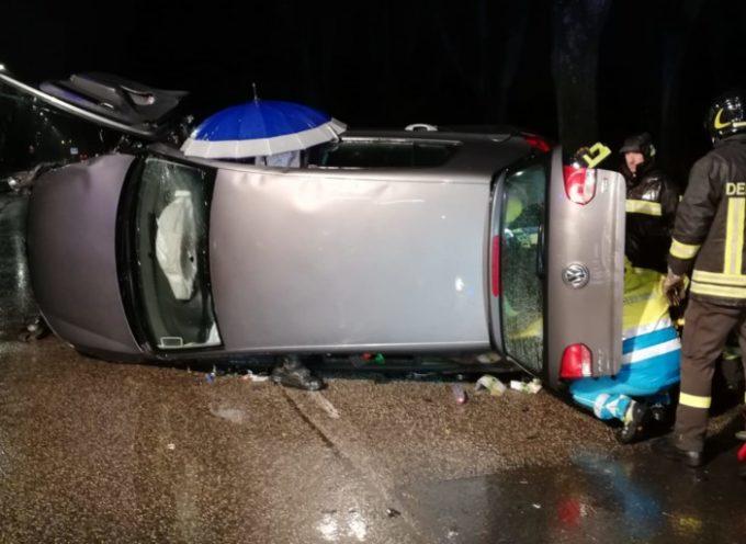 Si ribalta con l'auto sulla circonvallazione, lievi ferite per una donna
