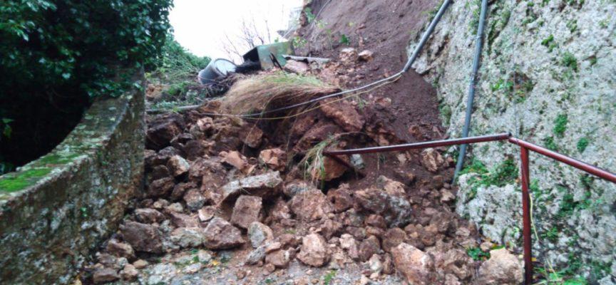 Frane e qualche disagio per l'ondata di maltempo in Versilia
