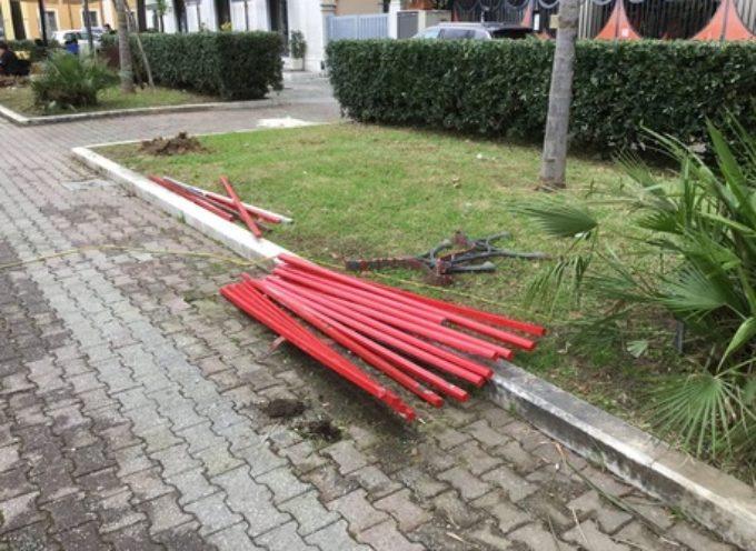 Distrutta una panchina rossa, simbolo della lotta contro la violenza sulle donne, in piazza Garibaldi a Massa (Massa Carrara).