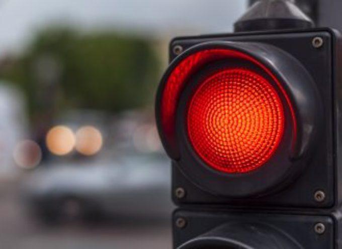 """Il """"giochino"""" di Corso Francia: attraversare col rosso per postare tutto sui social"""