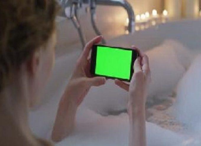 Muore folgorata a 10 anni mentre fa il bagno usando lo smarthphone in ricarica