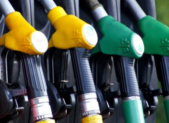 Prezzo benzina: aumenti in vista con guerra in Medio Oriente?