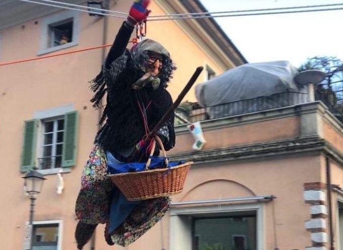 Seravezza – Il volo della Befana sulla Piazza Carducci gremita di persone. All'interno alcuni scatti di questa splendida giornata di Epifania.