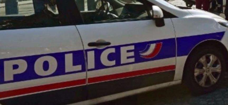 """Parigi, accoltella passanti urlando """"Allah Akbar"""": due morti, uno è l'aggressore"""