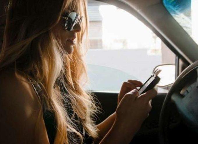 Codice della strada, stangata per chi guida con smartphone: 1.700 euro di multa e sospensione patente per tre mesi