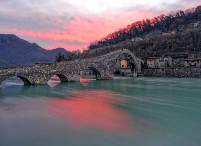 Il fascinoso Ponte del Diavolo, a Borgo a Mozzano