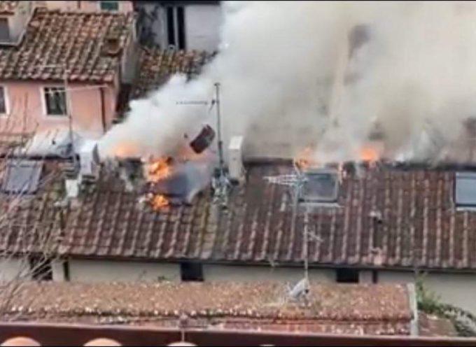Incendio in corso nel centro storico di Pietrasanta