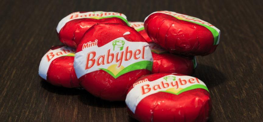 La crudeltà nascosta dietro al formaggio BabyBel: svelato l'inferno degli allevamenti di vitelli