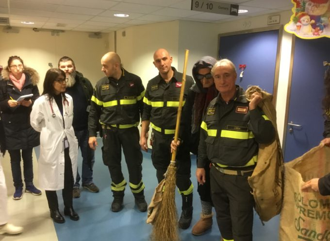 la Befana dei vigili del fuoco porta regali ai piccoli pazienti della Pediatria