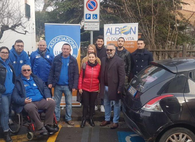 Installati 10 cartelli negli stalli per disabili assieme a Luccasenzabarriere