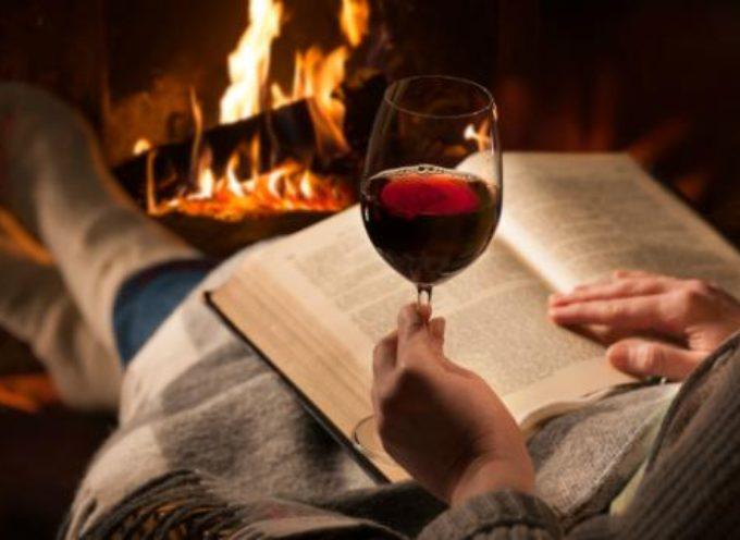 Uscire? La nuova moda è divano, film e calice di vino