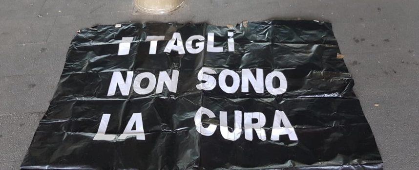 Pietrasanta, PCA (Progetto Comunità Aperta) – Solidarietà al Comitato Disabili in Movimento che protesta contro i tagli al sistema sanitario che stanno colpendo duramente anche noi
